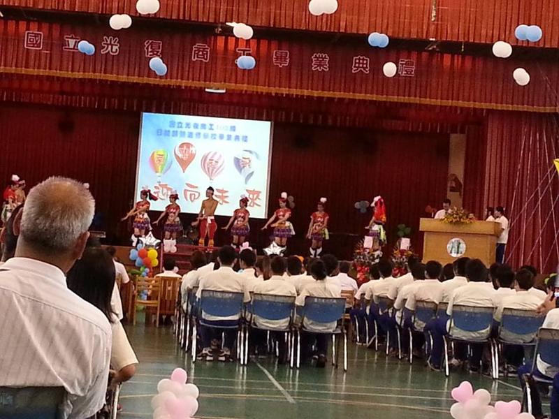 2013/06/09大少爺高中畢業了:999730_595348457152263_188491739_n.jpg