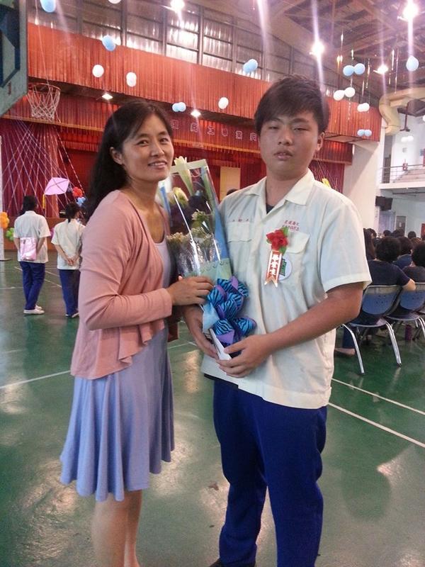 2013/06/09大少爺高中畢業了:1000047_595347877152321_1760730775_n.jpg