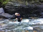 27-溯溪 探點釣魚 苦花釣況:16-一步一腳印  沒站穩  要漂道下方等吃水  .jpg