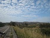 20090208 苗栗後龍好望角:19. 聽說對面山頭上面那三支大風扇就是今天的目的地.jpg