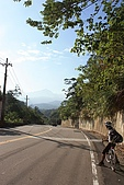 20091212 新竹五峰一日遊:01. 騎上寶二水庫…發現前方的山…開始放晴….JPG