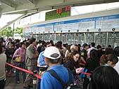 20101114 台北花博初體驗:03. 人很多~但買票的速度還算ok.JPG
