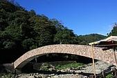 20091212 新竹五峰一日遊:12. 拱橋在藍天下.JPG