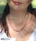 艾文拍的美美水晶:阿富汗碧璽項鍊在南園樹蔭下,被陽光照得發亮