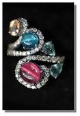 艾文拍的美美水晶:光線下有貓眼現象的藍碧璽與紅碧璽蛋面戒面,18K金與真鑚鑲龕,神秘閃鑠,稀有而美麗!