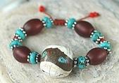 艾文拍的美美水晶:老硨磲珠與紅玉髓桶珠及純銀花片搭配的手鍊
