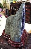 艾文拍的美美水晶:洞口深廣的紫晶洞,背部隆起像座金庫呢^^