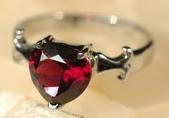 艾文拍的美美水晶:石榴石熾熱的心戒指