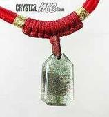艾文拍的美美水晶:有明顯綠色內含物的綠幽靈水晶小墬子與紅色中國結項鍊