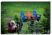 紫色午後:庭園裡的木椅讓綠草更綠更活潑