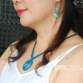 艾文拍的美美水晶:舒服的棉質小可愛搭配藍色貝殼項鍊與耳環更添清涼感喔!