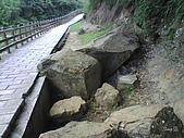 09-08-26平溪孝子山、嶺腳觀景亭、十分眼鏡洞:河岸步道旁的石頭