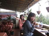 2011.04.04 柬埔寨-西哈努克:01-001-西哈努克白沙酒店早餐-eva和ann.JPG