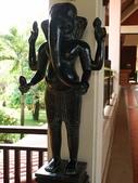 2011.04.10~11 柬埔寨&胡志明市:04-052-吳哥窟-皇宮渡假村-大廳雕像.JPG