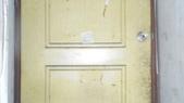 金仙捲飯何男侵入住宅傷害及延平北路5段163巷林男等惡鄰侵害相關照片:陳女通往住家2樓在1樓的破舊木門照