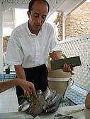 Tunisia-Hammamet:服務生端來一盤魚來解釋