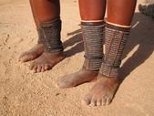 納米比亞 Namibia-辛巴族部落 The Himba Tribe:19-成年女子腿上通常會穿上串珠腳煉,以保護他們的腿不被毒蛇咬傷。.jpg
