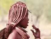 納米比亞 Namibia-辛巴族部落 The Himba Tribe:5-辛巴族未婚少女可由沒有穿戴皮質頭飾和胸前海螺作一認定。.jpg