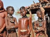 納米比亞 Namibia-辛巴族部落 The Himba Tribe:16-髮型象徵年齡與社會地位,單身未成年男孩只能留一撮小辮子。.jpg