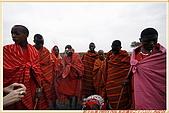 3.東非獵奇行-肯亞-馬賽人村落:_MG_0004肯亞_馬賽人村落_鮮艷紅黑藍相間系列布衣裹身不穿
