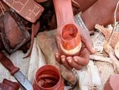 納米比亞 Namibia-辛巴族部落 The Himba Tribe:11-赭紅色麵糊-混合赭石粉末、乳制奶油、灰和香草,製作出一種有如黏土般的物資..jpg