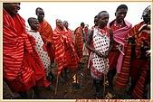 3.東非獵奇行-肯亞-馬賽人村落:_MG_0008肯亞_馬賽人村落_鮮艷紅黑藍相間系列布衣裹身不穿