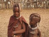 納米比亞 Namibia-辛巴族部落 The Himba Tribe:17-青春期(17歲)前的女孩只能留兩絛辮子垂掛前方,.jpg