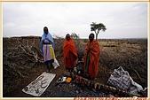 3.東非獵奇行-肯亞-馬賽人村落:_MG_0012肯亞_馬賽人村落_地攤販售馬賽人飾物紀念物.JPG
