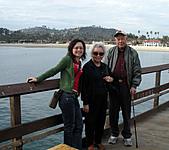 妹妹二零零九年元月來洛杉磯之旅:爸爸媽媽和妹妹2009年一月攝於聖塔芭芭拉.jpg