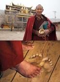 未分類相簿:藏族寺院老喇嘛叩頭出腳印(圖)