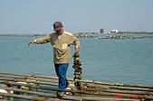 070220-春節高雄台南遊:船老大現撈起來請我們生吃鮮蚵
