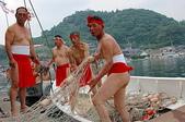:捕鯨網を積み込む男たち.jpg