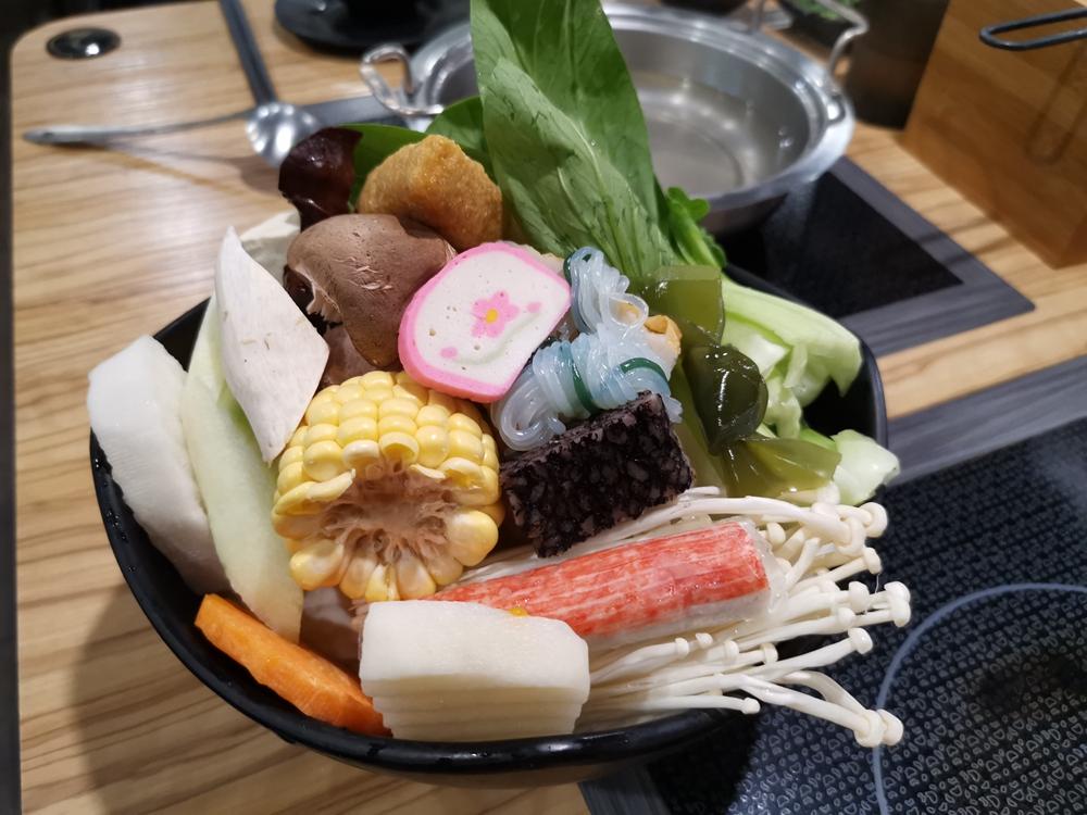 品川精緻鍋物,雙人套餐只要699,超級豐盛,菜盤的份量難以超越