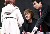 金賢重個人專輯Heat, Lucky韓文版, 日文版寫真+MV截圖+桌布+活動圖:111030-龍山iPark signing event012.jpg