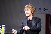 金賢重個人專輯Heat, Lucky韓文版, 日文版寫真+MV截圖+桌布+活動圖:111030-龍山iPark signing event013.jpg