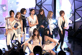 2011SIA(Style Icon Awards)金賢重,少女時代, 朴施厚, 劉亞仁, 南圭麗, 高素榮等眾明星走紅地毯, 領獎, 表演圖:少女時代表演.jpg